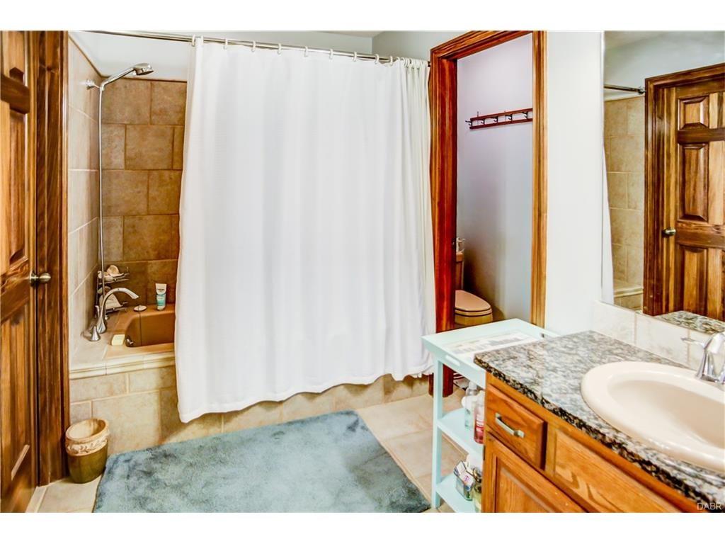 tri-level-master-bathroom
