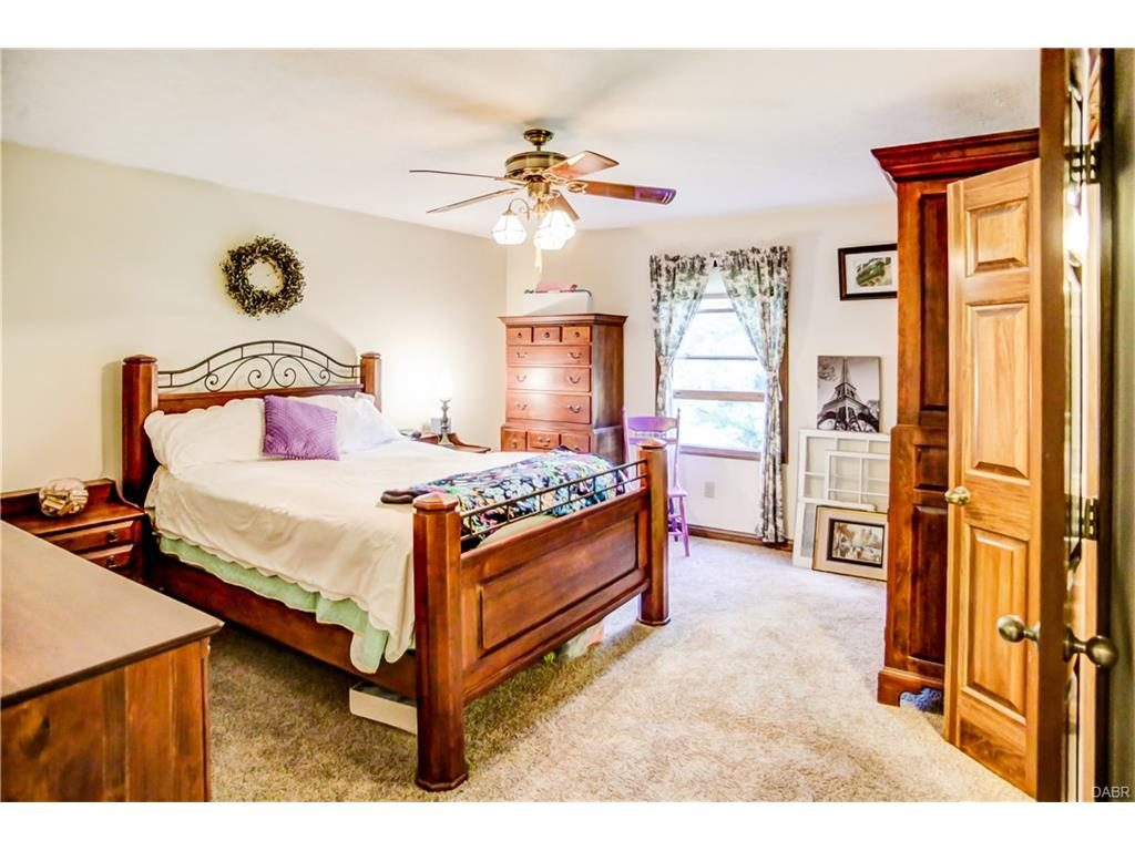 tri-level-master-bedroom2